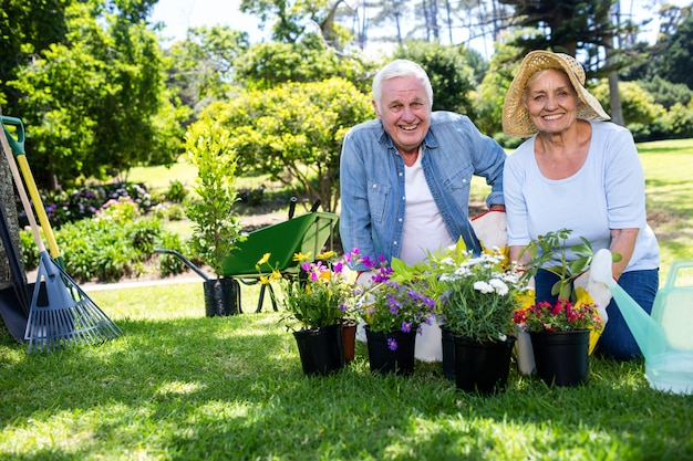 Senior couple de jardinage dans le parc