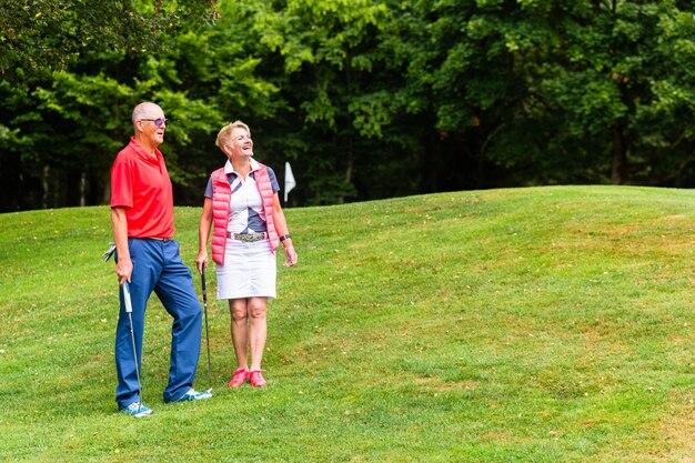 Senior couple jouant au golf dans leur temps libre