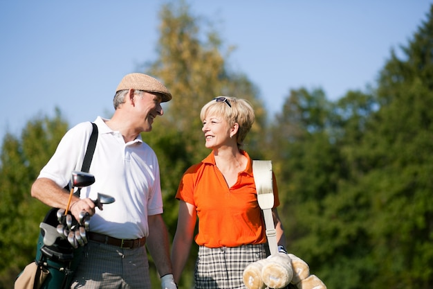 Senior couple jouant au golf