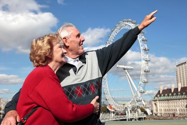 Senior couple à londres avec millenium wheel