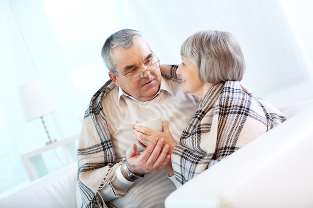 Senior couple de parler à la maison