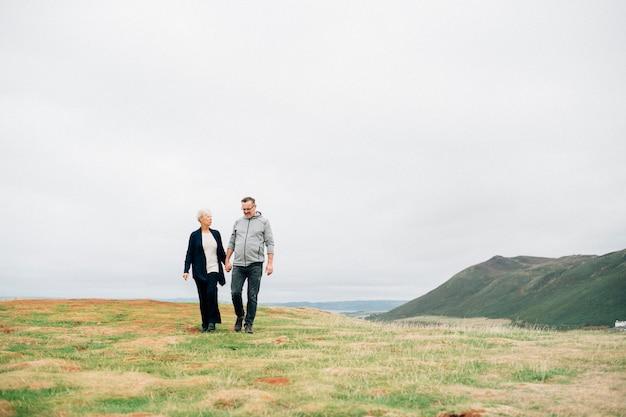 Senior couple tenant les mains en marchant