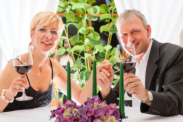 Senior couple en train de dîner au restaurant