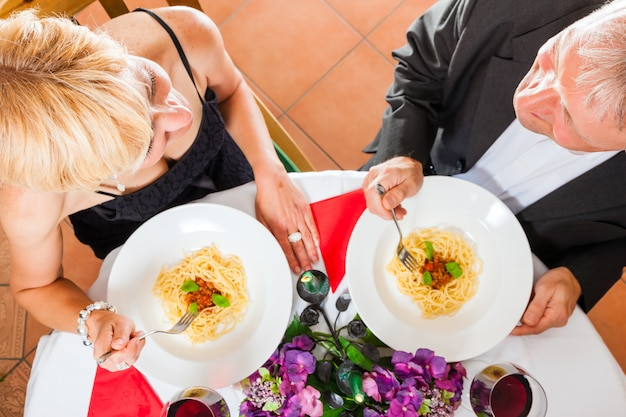Senior couple en train de dîner