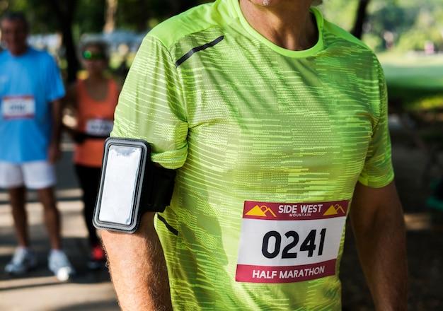 Senior coureur utilisant une application de suivi du fitness