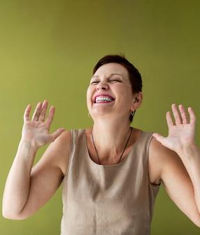 Senior dame aux cheveux courts en riant