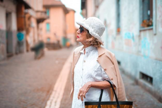 Senior dame en promenade en ville