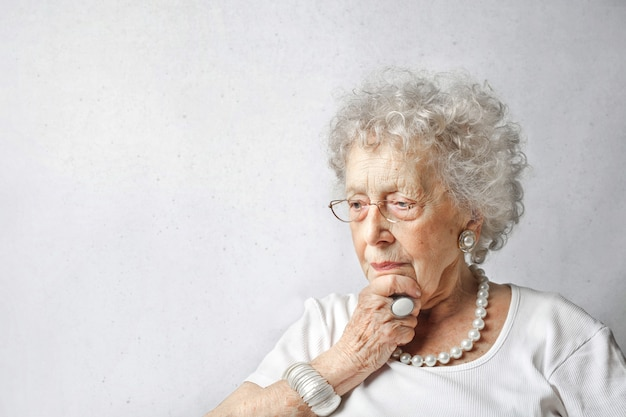 Senior dame se demandant