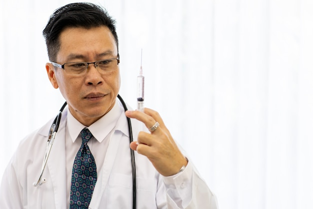 Senior doctor hold aiguille d'injection