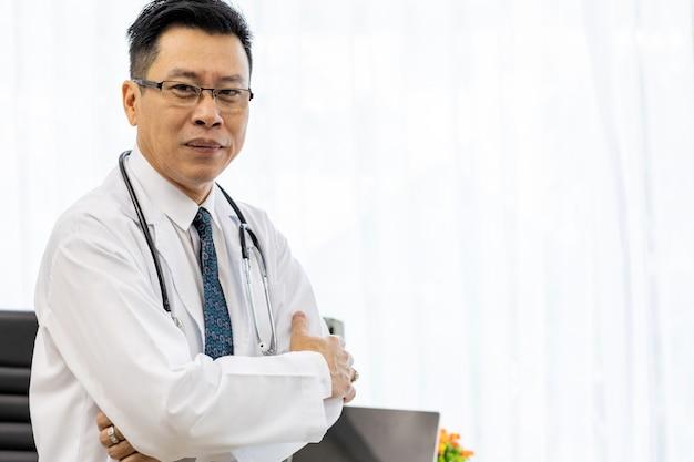 Senior doctor en salle d'examen