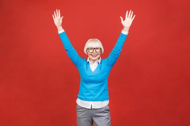 Senior femme âgée heureuse portant des lunettes. belle vieille femme regardant et souriant.