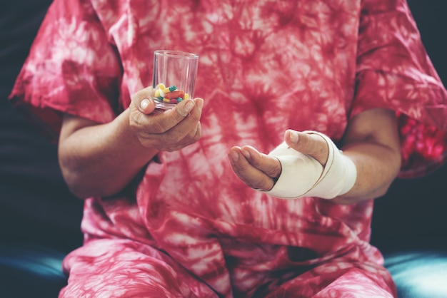 Senior femme asiatique prendre des médicaments sous forme de comprimés