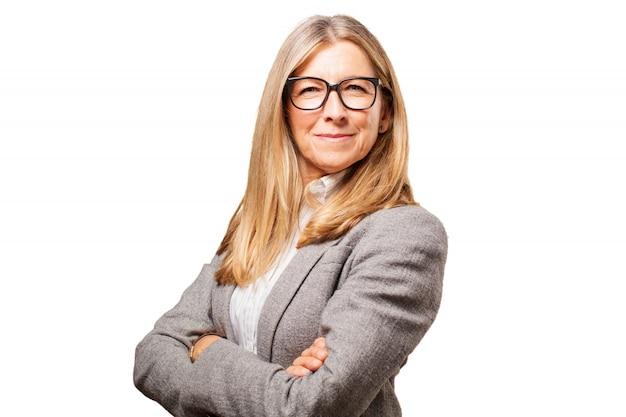 Senior femme avec des bras et des lunettes pour voir croisés