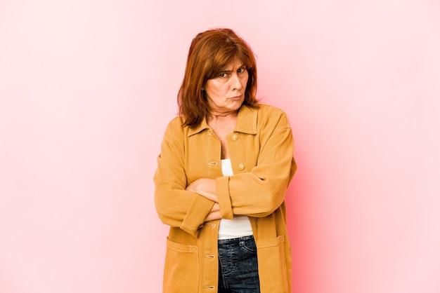 Senior femme caucasienne isolée malheureuse à la recherche à huis clos avec une expression sarcastique.