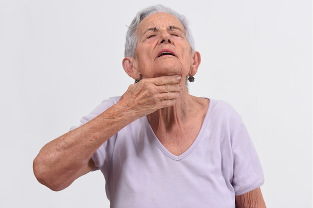 Senior femme avec cou sur fond blanc