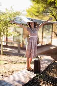 Senior femme debout avec ses bras grands ouverts