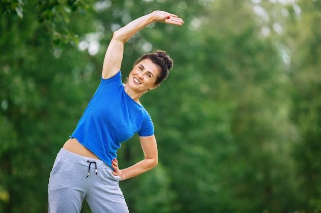 Senior femme exerçant dans le parc.