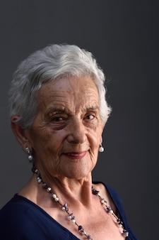 Senior femme sur fond gris