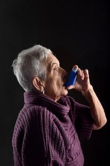 Senior femme avec inhalateur