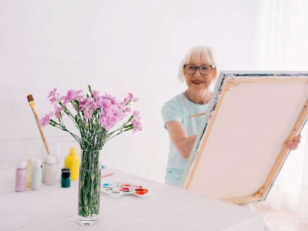 Senior Femme Joyeuse Dans Des Verres Avec Des Cheveux Gris Peinture Still Life Créativité Art Hobby Photo Premium
