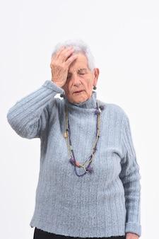 Senior femme avec mal de tête sur fond blanc