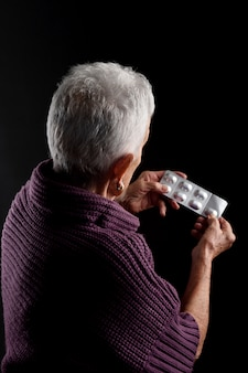 Senior femme avec des médicaments blister