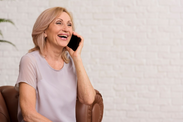 Senior femme parlant au téléphone
