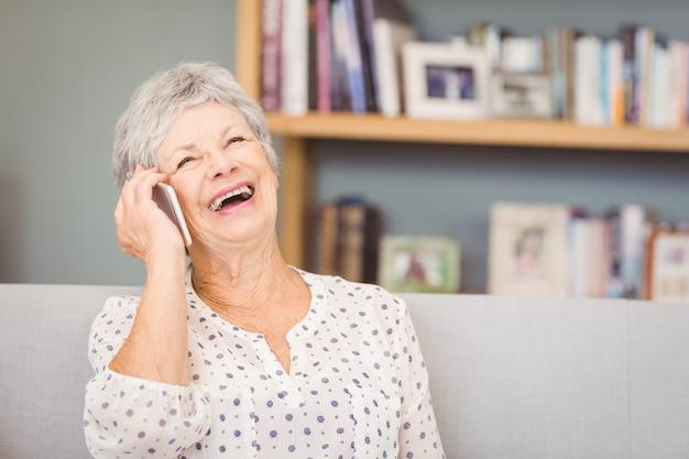 Senior femme parlant sur un téléphone mobile