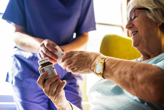 Senior femme prenant des médicaments