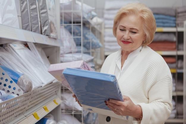 Senior femme shopping au magasin de meubles
