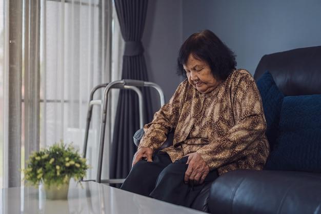 Senior femme souffrant de douleurs aux genoux