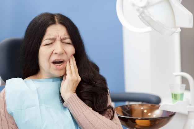 Senior femme souffrant de maux de dents