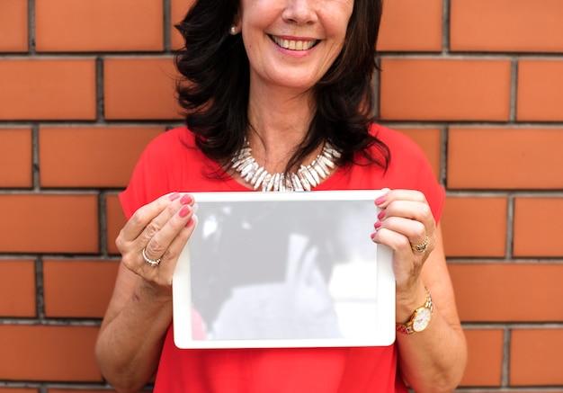 Senior femme tenant une tablette numérique