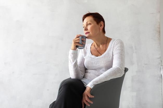 Senior femme tenant une tasse