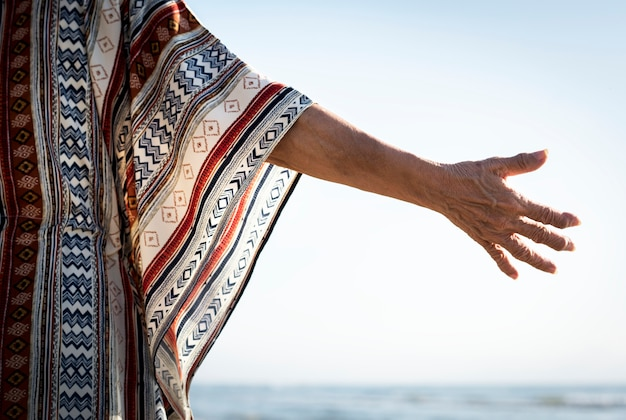 Senior femme tendant la main