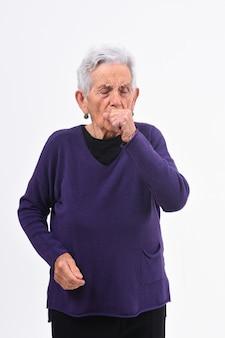 Senior femme avec toux sur fond blanc