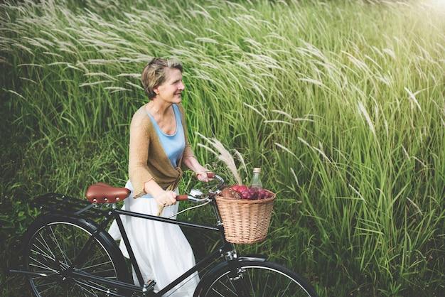 Senior femme vélo concept windy park