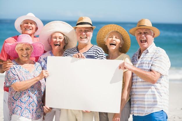 Senior Friends Holding Papier Vierge Photo Premium