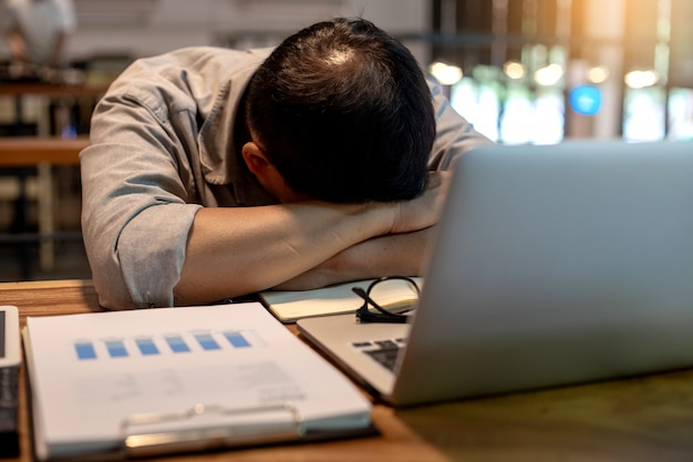 Senior homme d'affaires se sentir fatigué et dormir