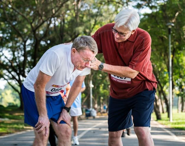 Senior homme aidant son ami