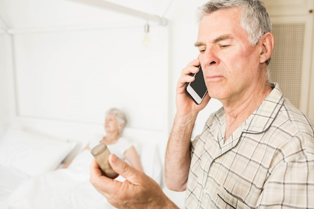 Senior homme appelant à cause de pilules à la maison