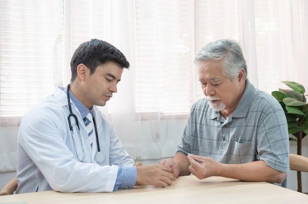 Senior homme asiatique aîné demandant jeune médecin caucasien sur les indications et les contre-indications de la nouvelle médecine, soins de santé et concept de médecine avec copie