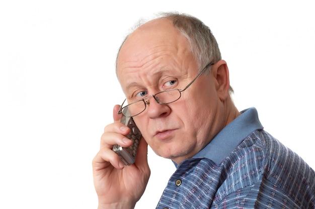 Senior homme au téléphone