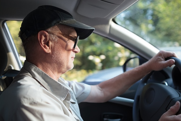 Senior homme au volant
