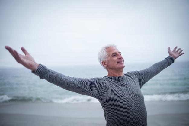 Senior homme aux bras tendus