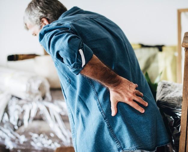 Senior homme ayant mal au dos