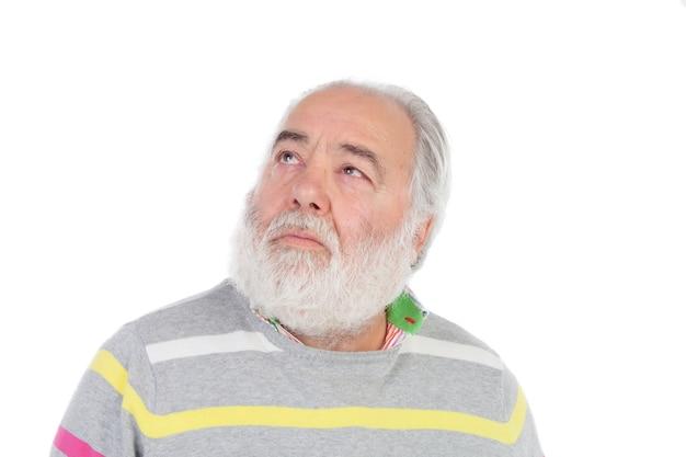 Senior homme à la barbe blanche pensant