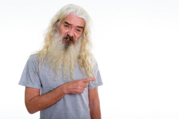 Senior homme barbu à la dégoûté en pointant