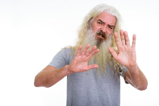 Senior homme barbu à la dégoûté
