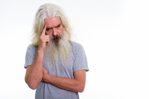 Senior homme barbu à la triste en pensant